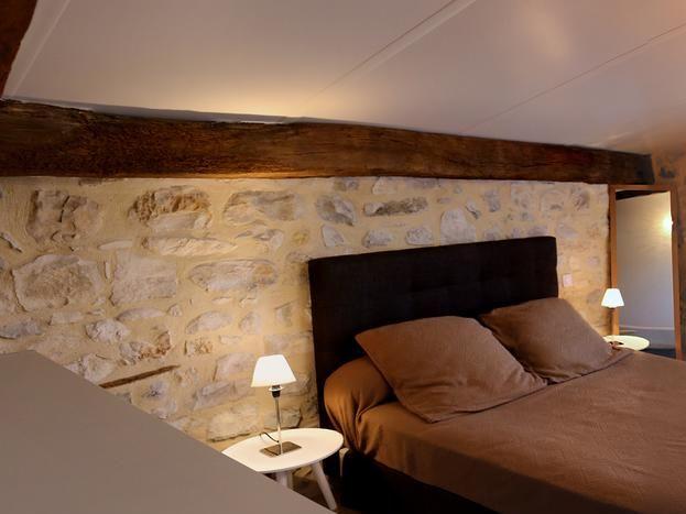 2ème chambre lit avec une commode