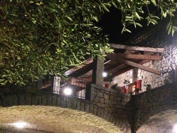 le domaine du viticulteur  cour intérieure en soirée