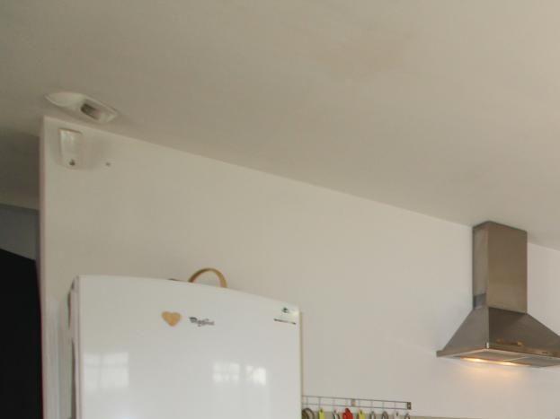 Cuisine façade chêne entièrement équipée / Fitted kitchen with oak cabinets