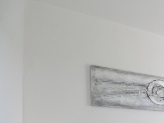 Suite parentale avec salle d'eau. Exposition sud / Bedroom with en-suite shower; south facing