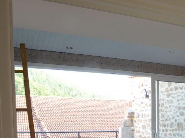 Vue sur la véranda avec jacuzzi privatif, espace salon et terrasse