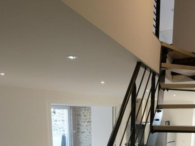 Escalier d'accès à la chambre, salle de bains et toilettes à l'étage.