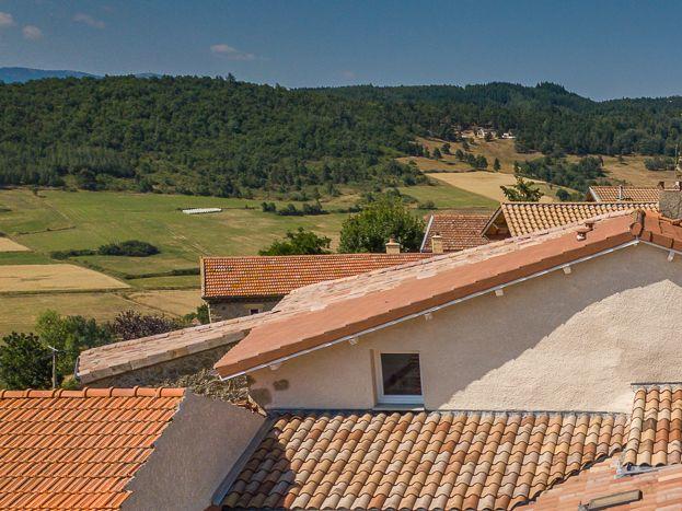Vue aérienne sur les terrasses des gîtes de l'Armu à gauche, et LaPhine à droite