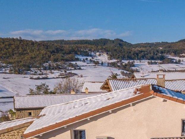 Vue aérienne sur les terrasses des gîtes de l'Armu à gauche, et LaPhine à droite, sous la neige!