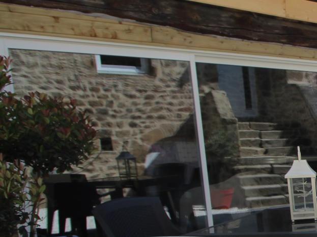 Cour privative intégrant l'espace salon d'intérieur, SPA et sauna privatifs