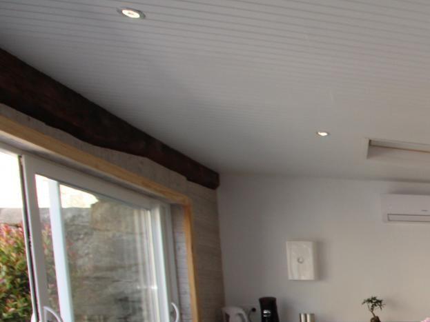 Espace salon d'intérieur, SPA et sauna privatifs donnant directement sur la cour.