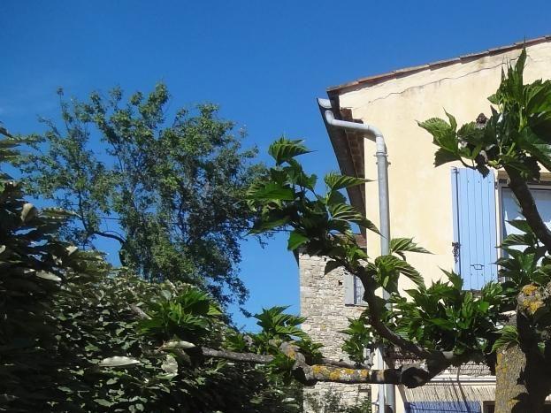 vue arrière gîte avec terrasse et salon de jardin sur terrain piscine