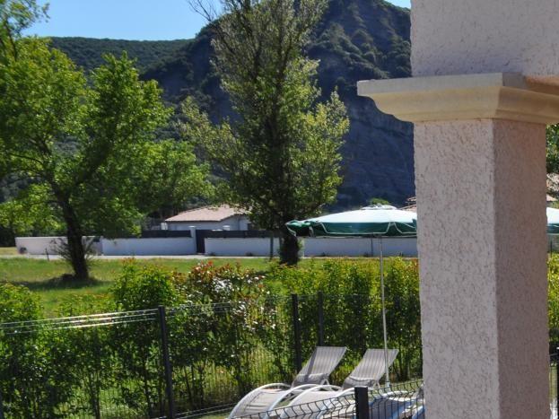 Terrasse couverte avec grande table et 6 chaises