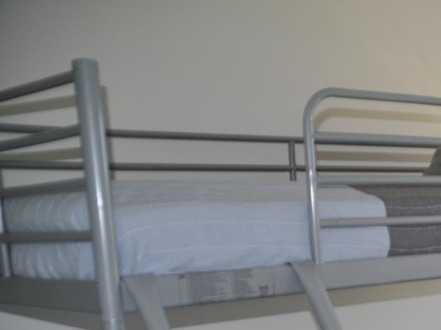 Chambre 2  Couchage 2 personnes dans lit inférieur en 140. Couchage 1 personne dans le lit superposé en 90