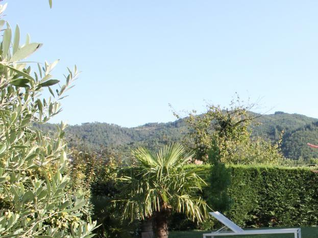 Le JARDIN  plat et fleuri : au fond du jardin on voit     L' Ardèche