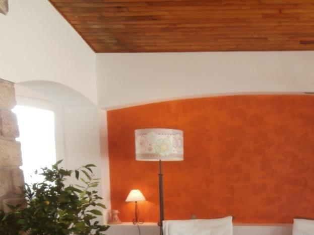 La VERANDA  : un salon La VERANDA qui a accès au terrain de boules et à la  terrasse arrière