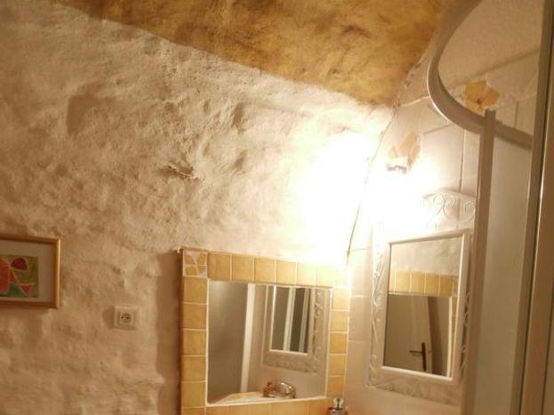 Salle d'eau : douche en angle et lavabo