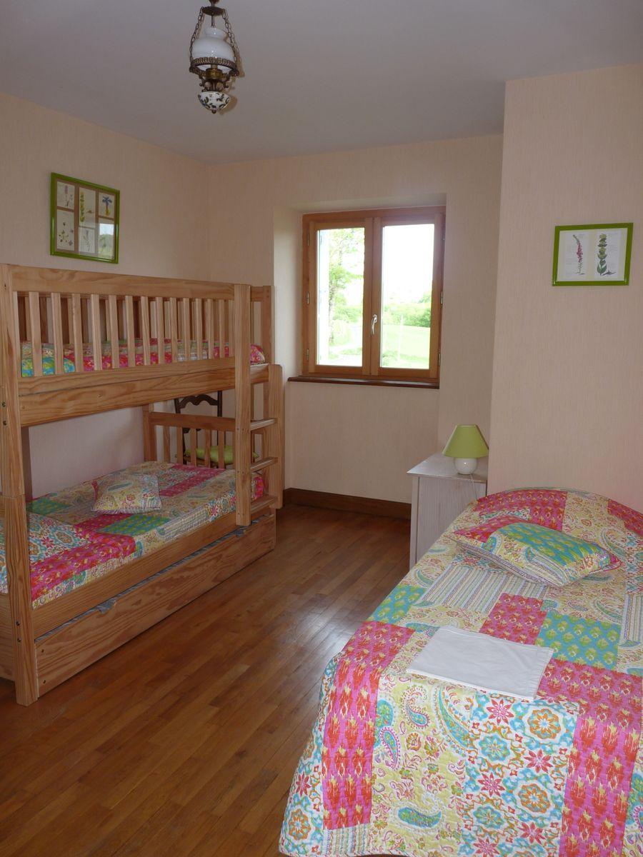 Chambre 2 à l'étage  :  3 couchages en 90cm