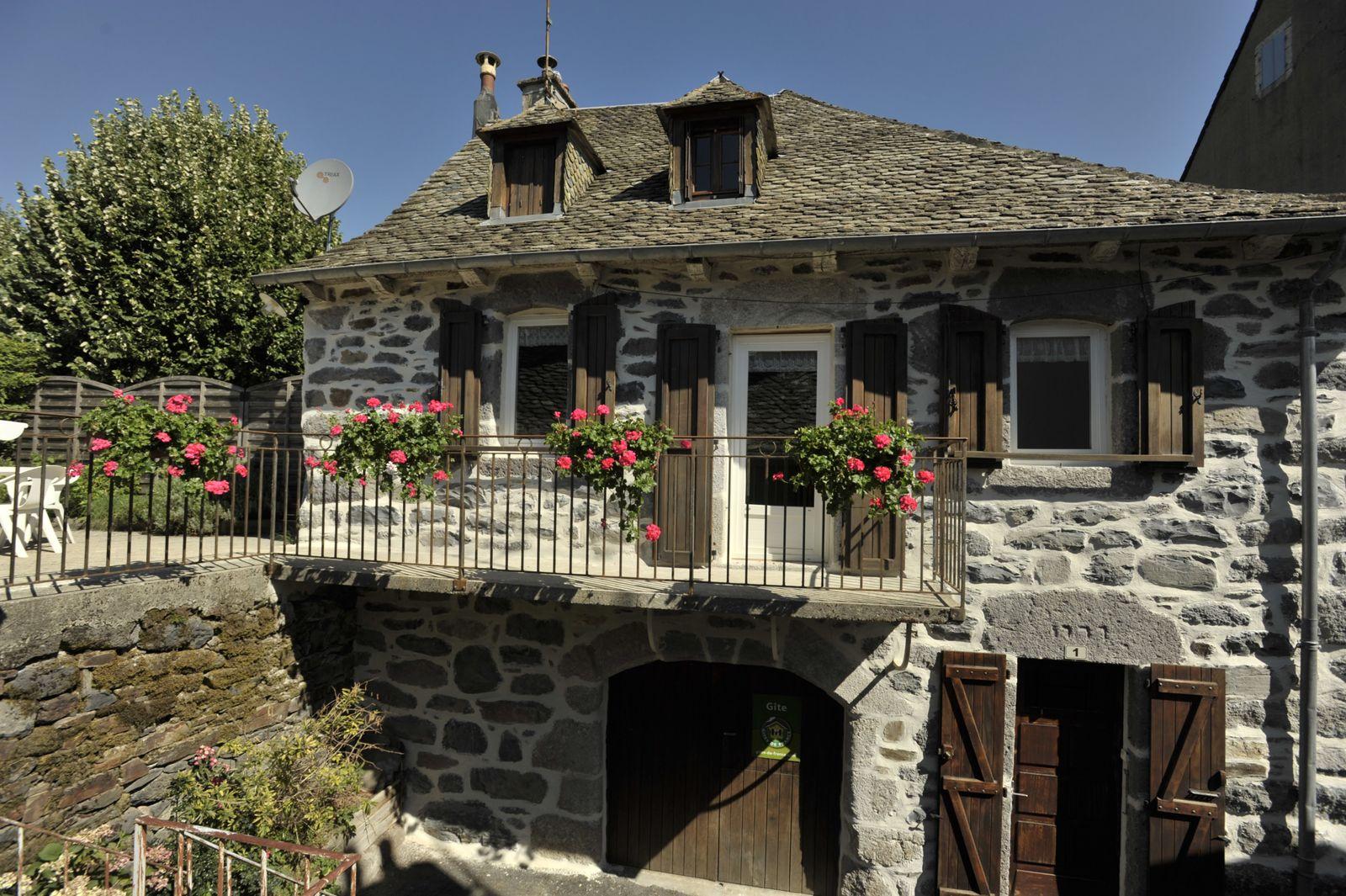 Vue du gite avec son balcon et sa grande terrasse Le gite a été entièrement restauré à l'automne 2020.