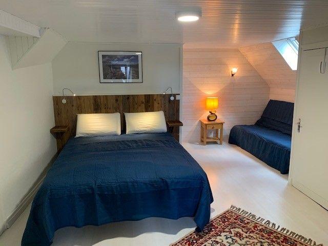 Chambre avec lit de 160 et son coin lecture