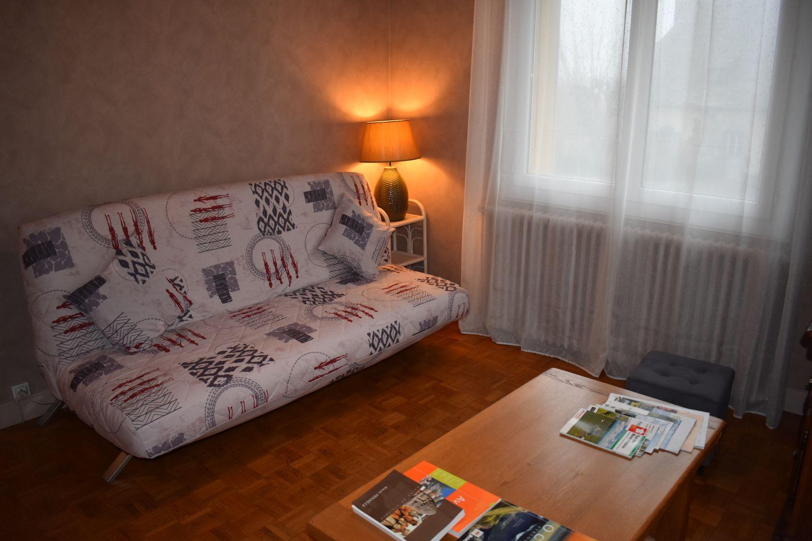 10-Salon lumineux avec canapé clic clac