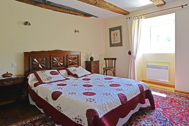 1ére chambre  avec grand lit et armoire.