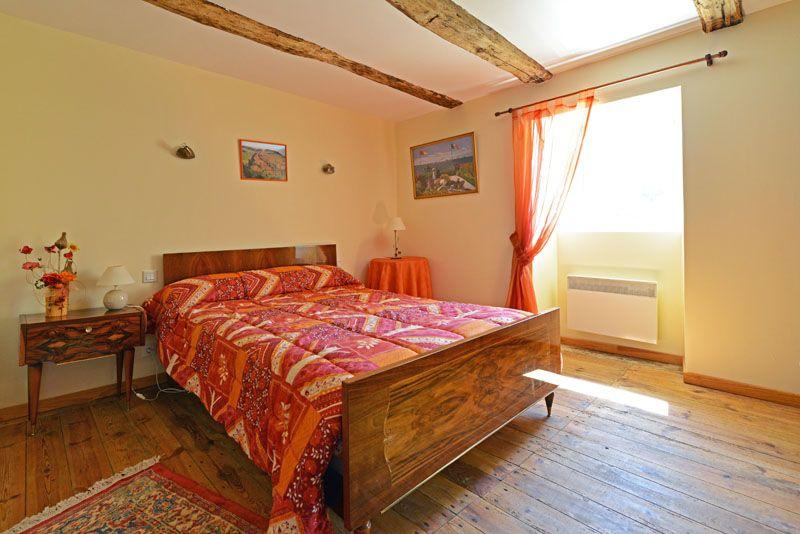 3éme chambre avec grand lit et armoire.