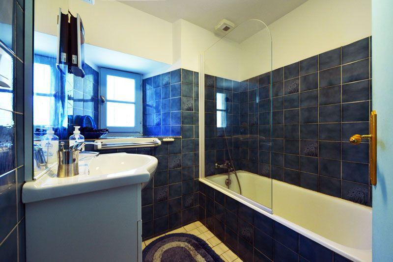 Salle de bain avec baignoire et lavabo.