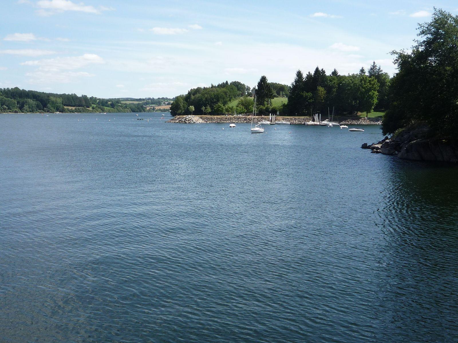Dans les environs: Le lac de Pareloup,(plan d'eau de de 1290hectares, avec  2 plages aménagées et surveillées)