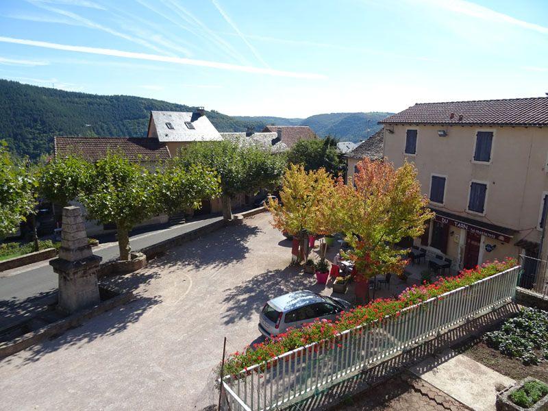 Vue du balcon : la place du village.