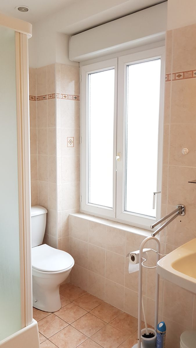 Salle de bain du haut (2/2).