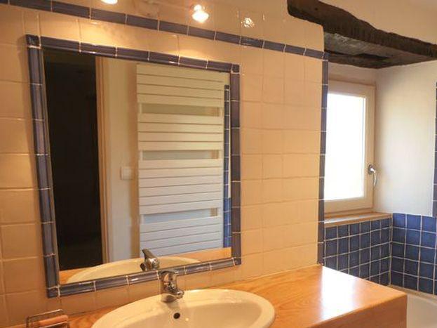 Rez de chaussée: salle de bains avec baignoire