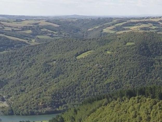 vue côté Sud du hameau filmé par drone et vue de la rivière Le Tarn