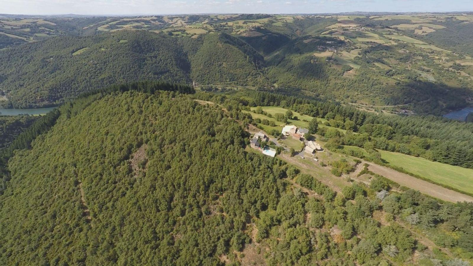 vue Sud du hameau filmé par drone et vue de la rivière le Tarn