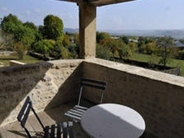 Terrasse couverte côté sud avec vue sur la vallée de l'Aveyron