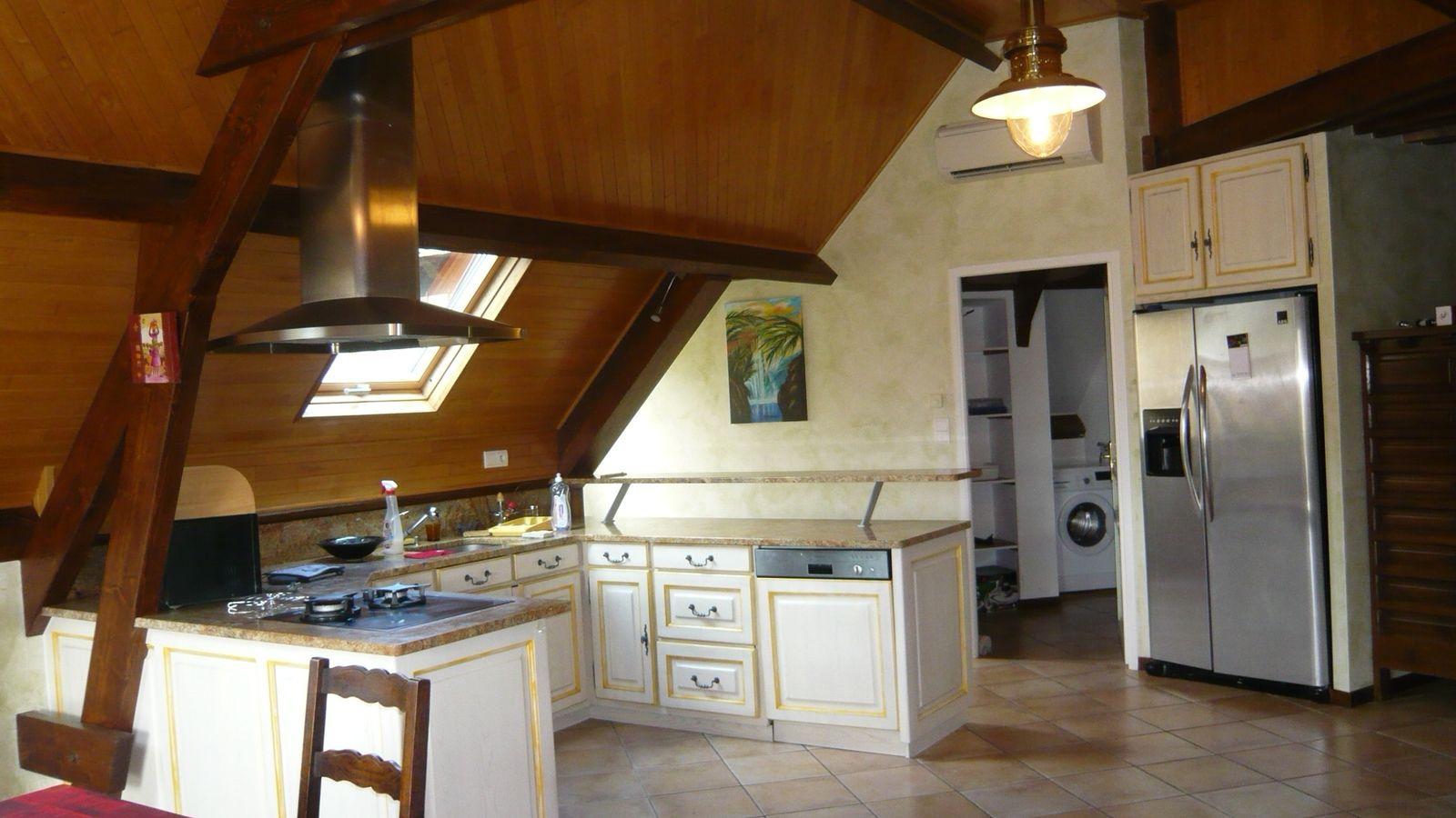 vue sur la cuisine et cellier