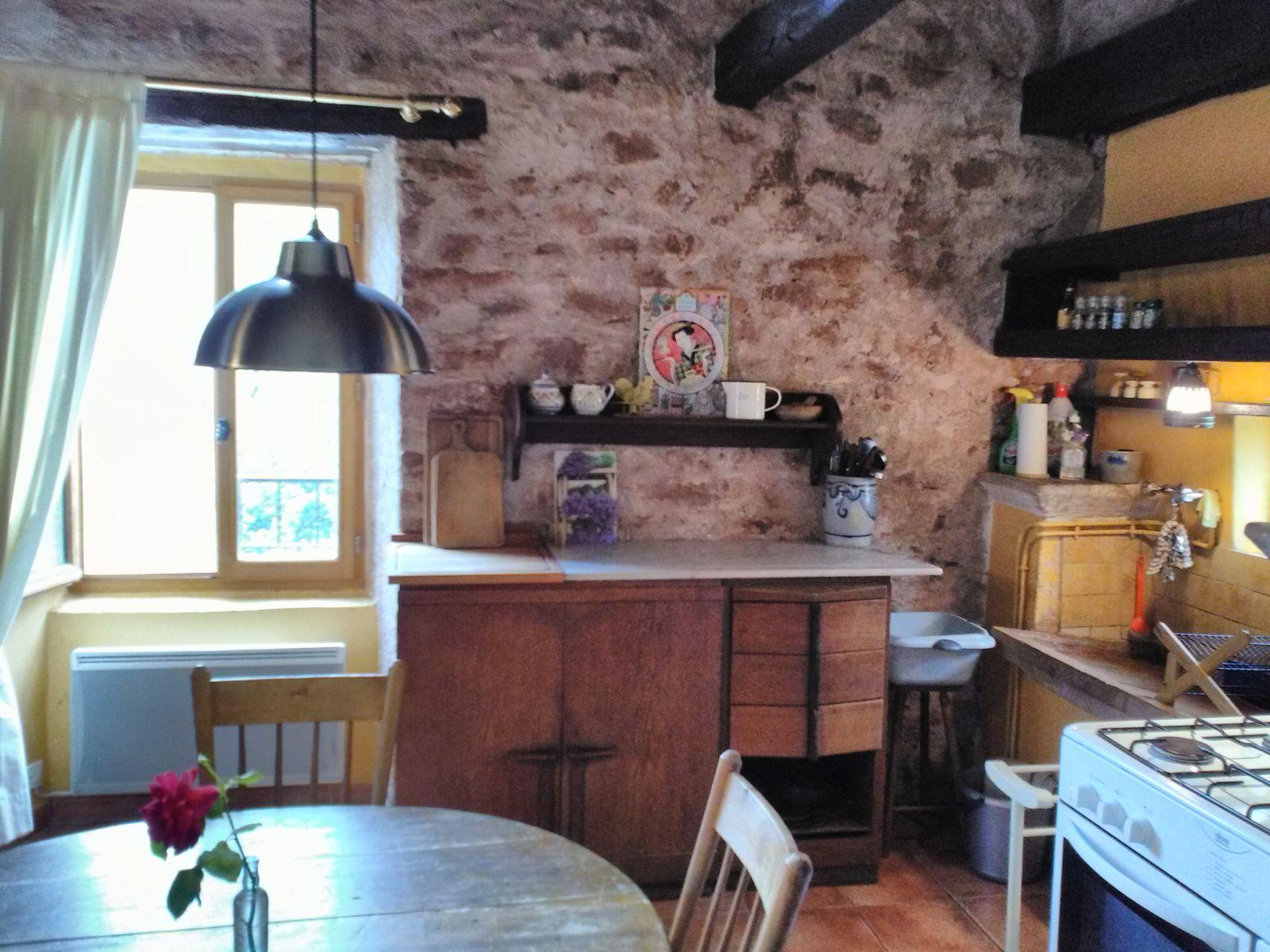 la cuisine et sa fenêtre vers la terrasse au sud