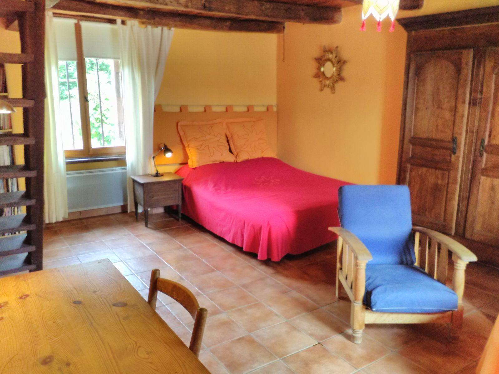 le salon et le lit de 160 x 200 cm