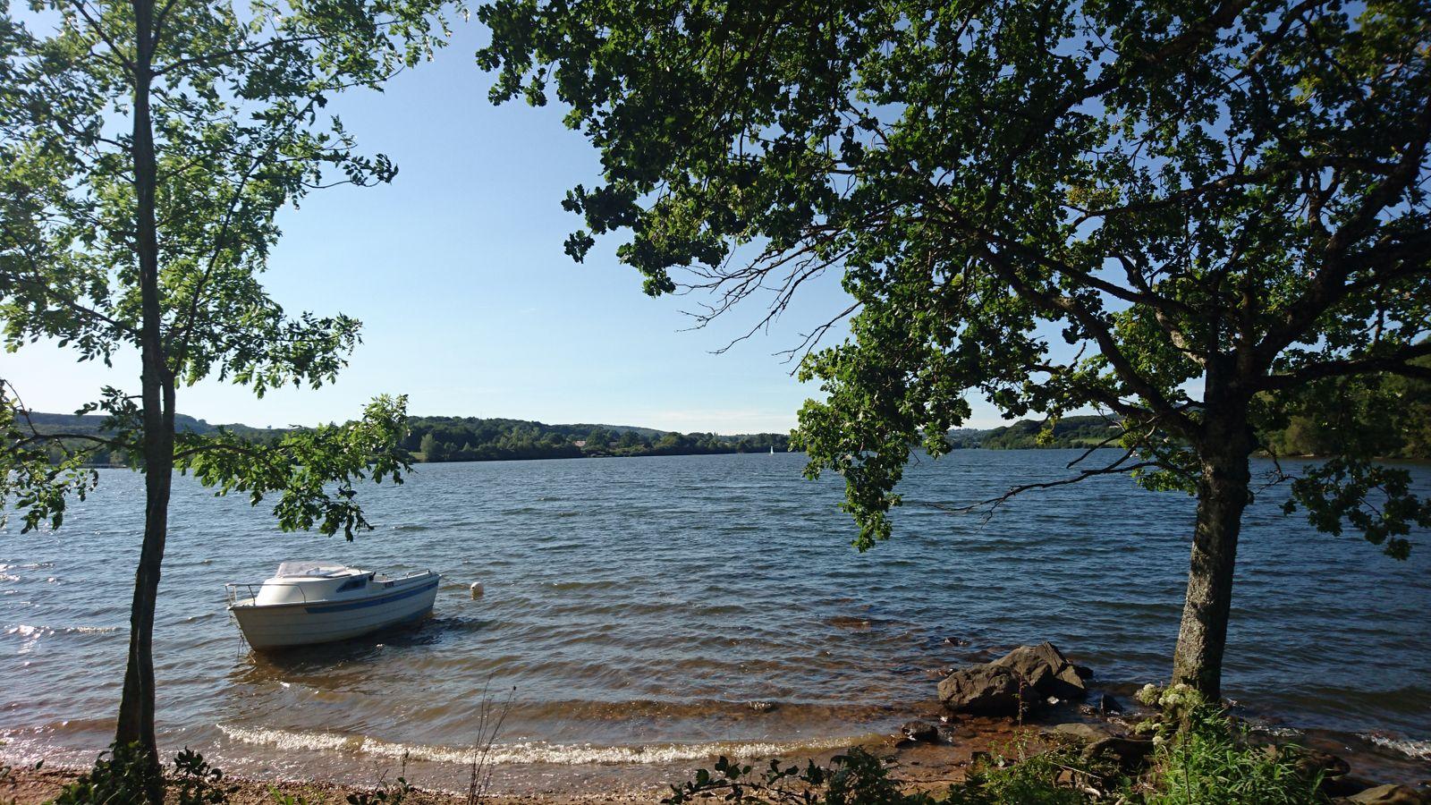 un petit coin du lac (50 mètres)  vous pouvez amener votre bateau ...
