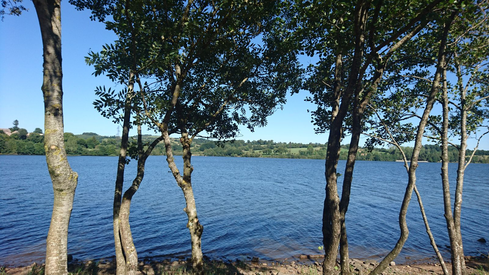 il fait bon se promener,  se baigner au bord du lac et aussi pêcher (300 mètres).