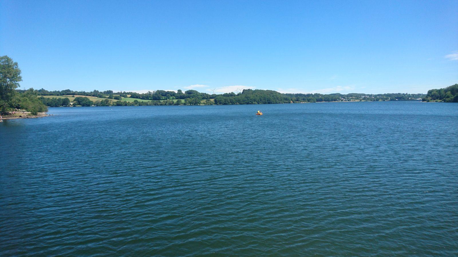 Bien sur  le canoé la voile le paddle le ski nautique la barque le pédalo un beau plan d'eau pour cela !