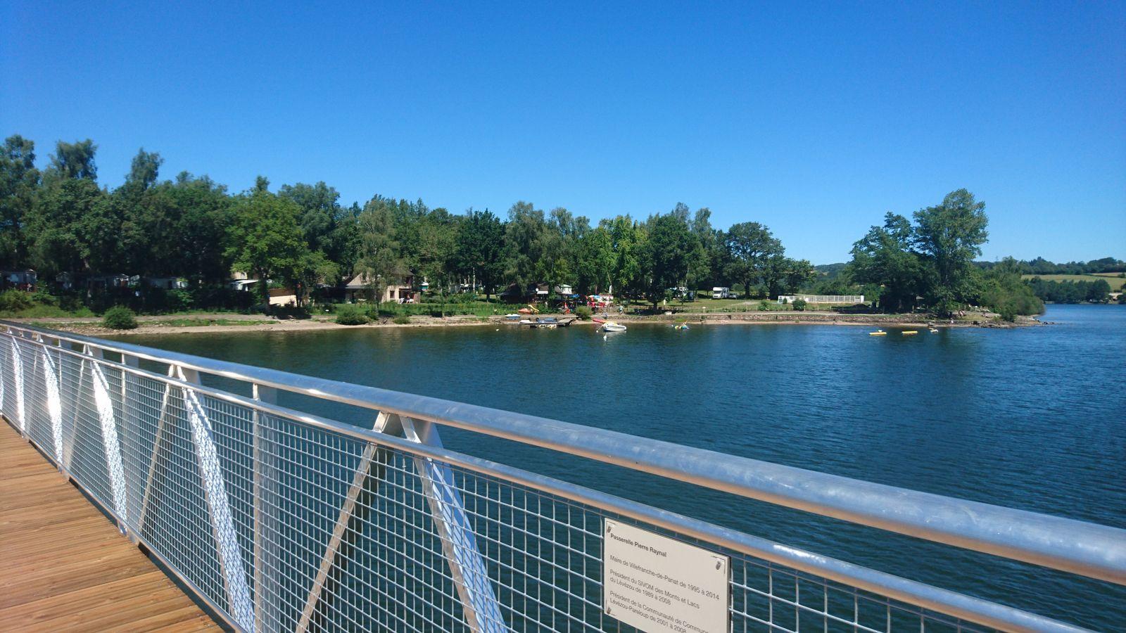 Passerelle sur le lac pour chemin pédestre tour du lac
