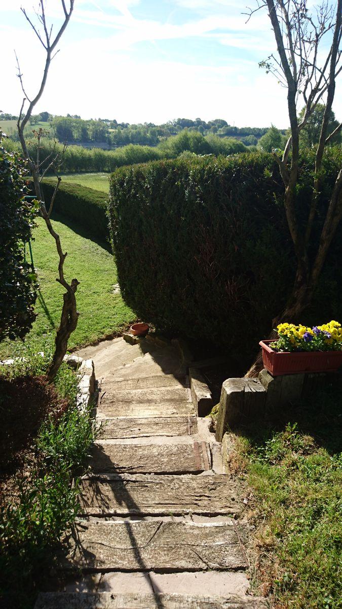 Contre la maison un joli petit escalier