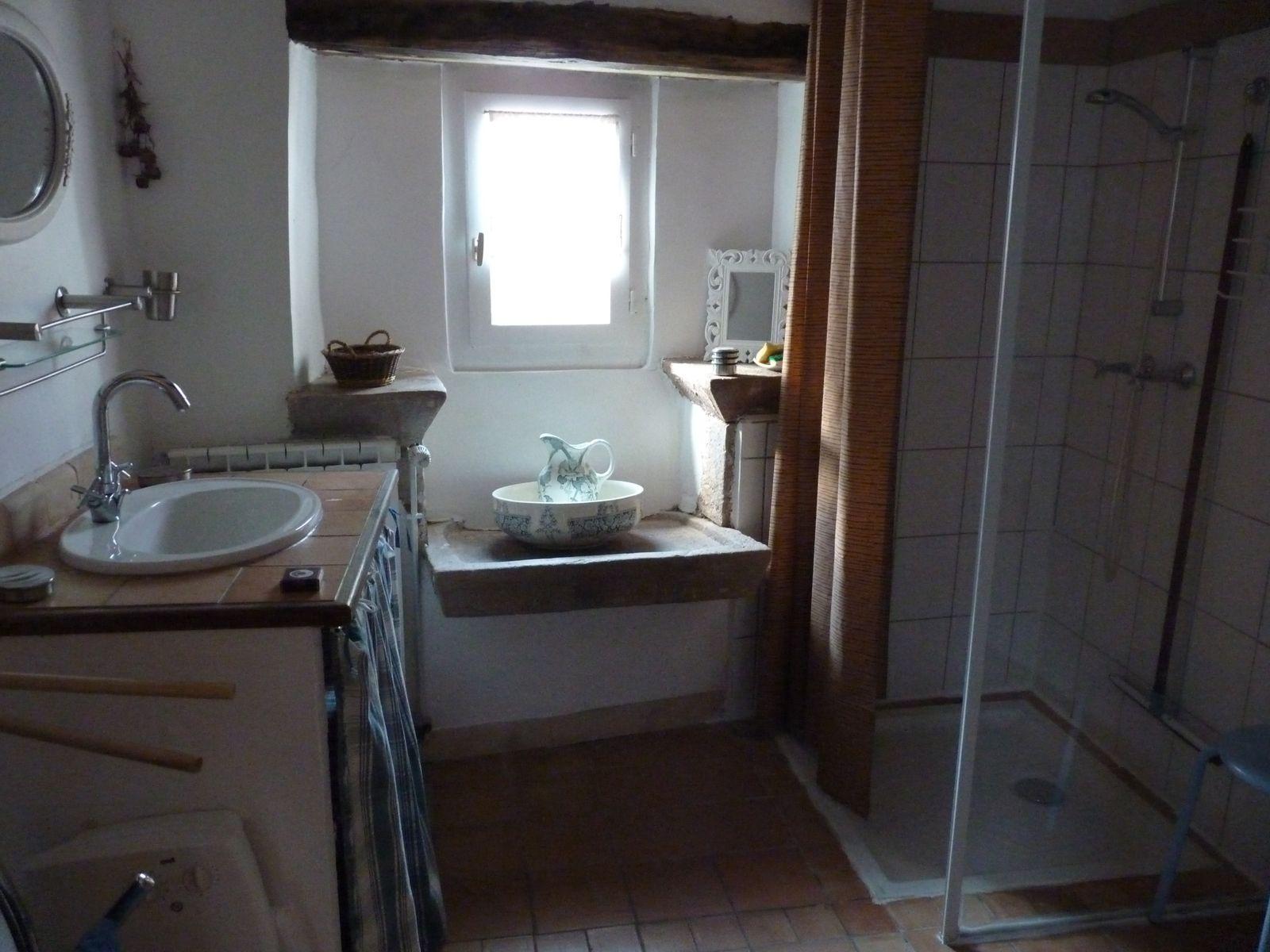 salle d'eau du premier avec wc, la salle de bains avec wc  est au rez de chaussée.