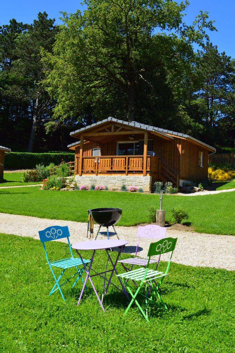 Chalet, salon de jardin  et barbecue à charbon