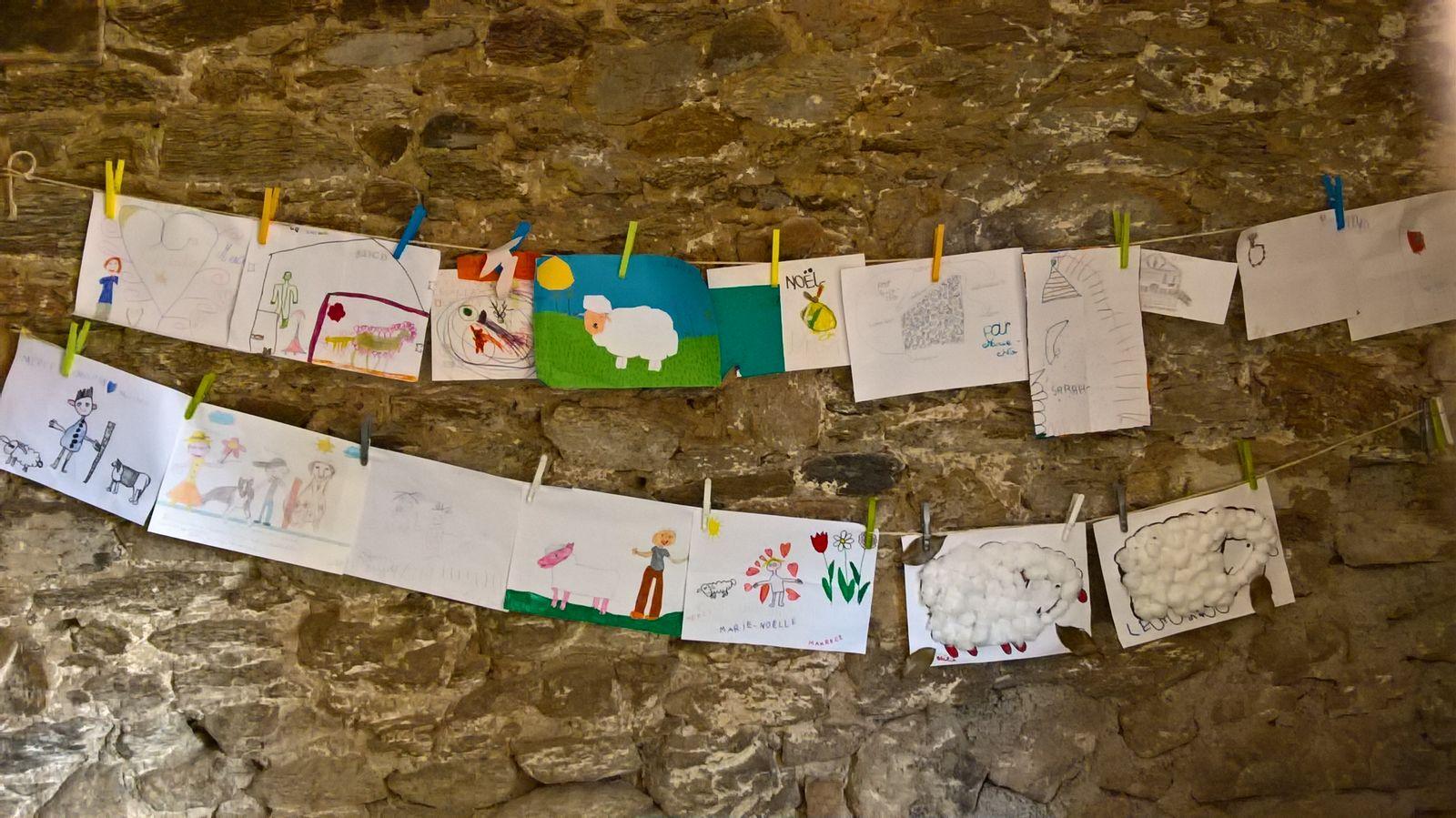 Les enfants affichent leurs dessins dans la salle de jeux