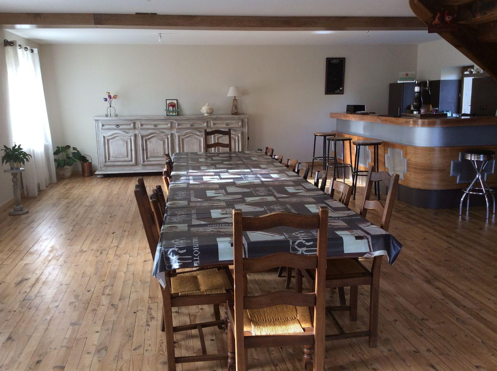 Salle repas et coin cuisine bar