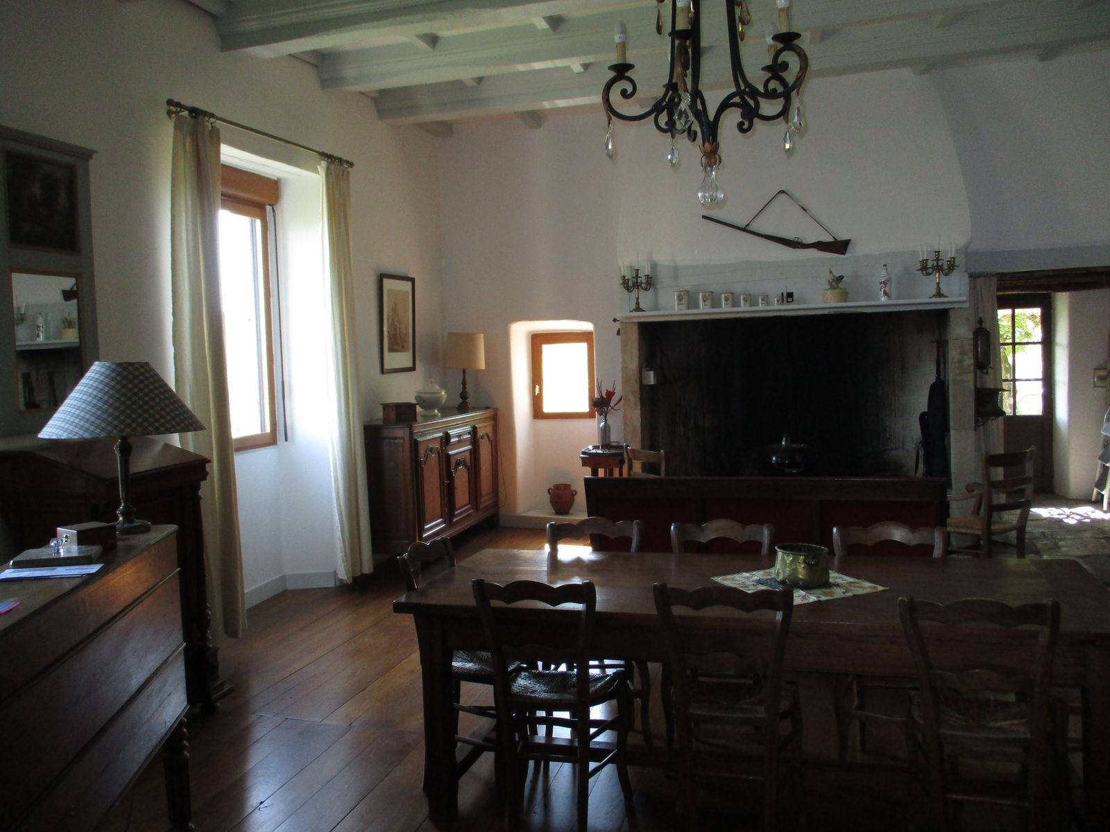 L'Oustal, l'ancestrale pièce à vivre et son âtre accueille nos hôtes dans une chaude ambiance emprunte de rusticité