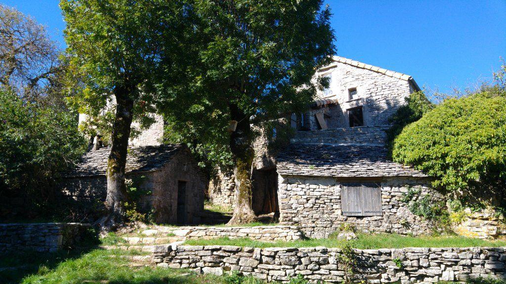 Le hameau : four à pain à gauche depuis le petit théatre de plein air