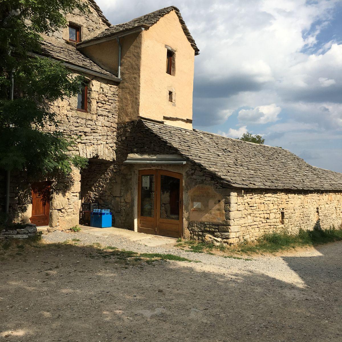 Le hameau : la fromagerie (tommes et yaourts de brebis bio)