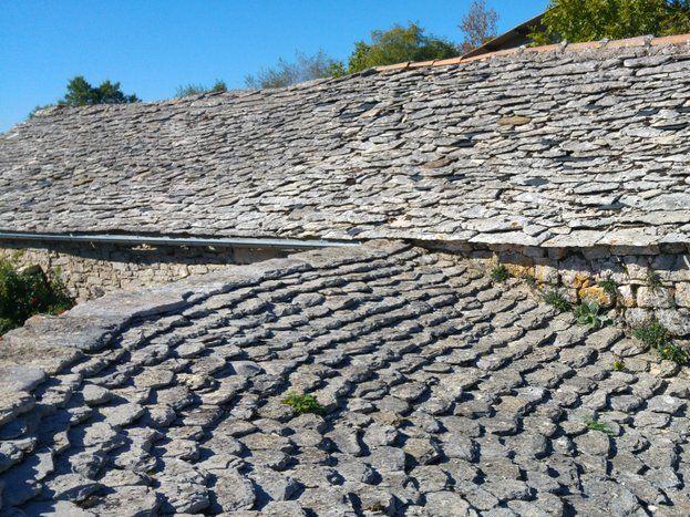 Le toit citerne, restauré, qui alimente le potager en eau