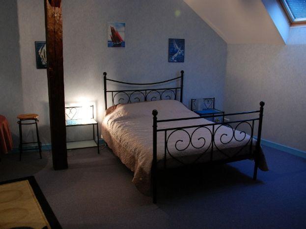 Chambre à l'étage avec 1 couchage 140x190 & 1 couchage 0.90x190 & lit bébé  + toilette WC lave-main supplémentaire