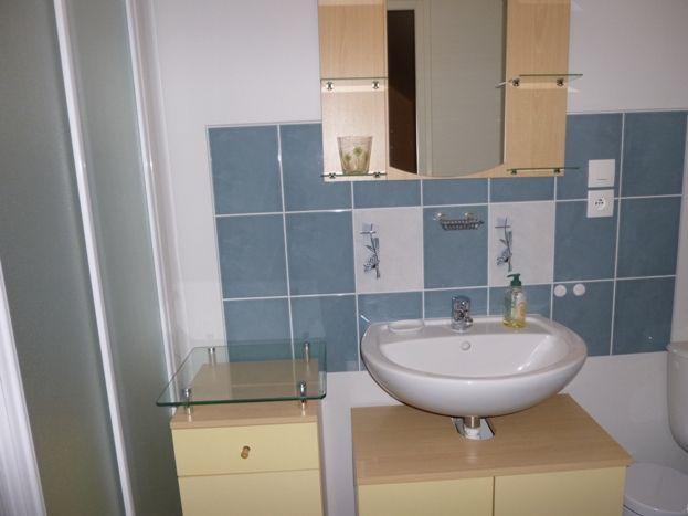 Une salle de bain à l'étage