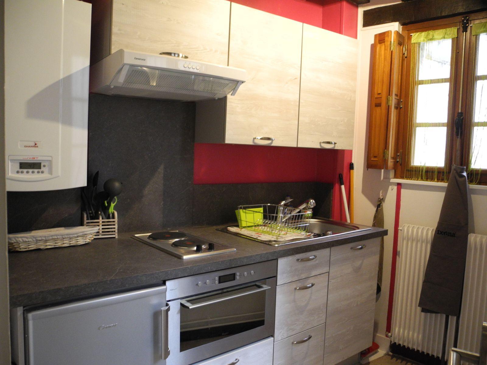 La cuisine est complète (machine à café et dosettes fournies). Torchons fournis