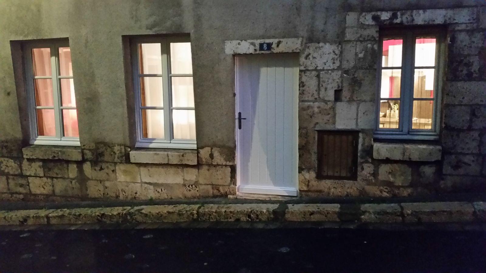La porte d'entrée avant réfection des enduits